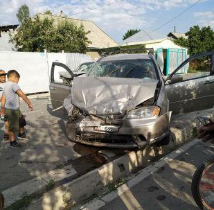 Каракол шаарында минивен токтоп турган Subaru Forester автокөлүгүн сүзүп, кырсыктан аял каза таап, сегиз жаштагы небереси ооруканага жеткирилди