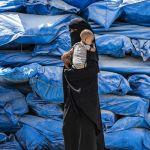 Сириядагы Аль-Холь лагери, колуна баласын көтөргөн аял