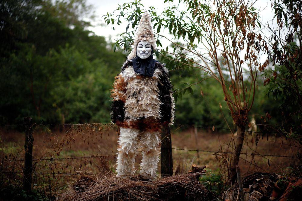 Парагвайдын Эмбоскада шаарынын жашоочусу ыйык Франциско Солано майрамында канаттан жасалган кийим кийди