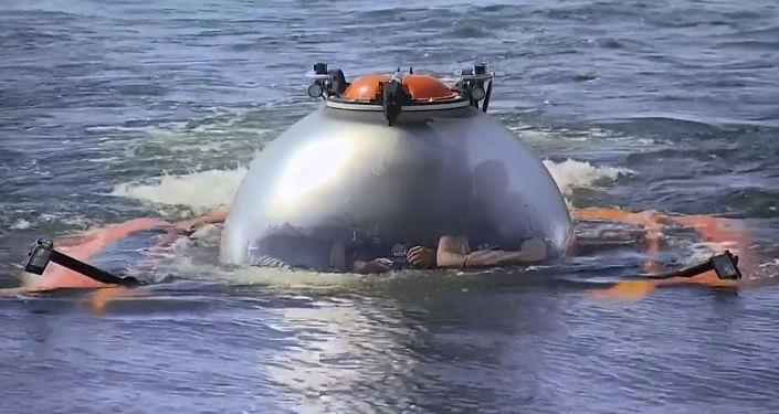 Российский президент Владимир Путин погрузился в батискафе на дно Балтийского моря к месту гибели подводной лодки Щ-308 Семга.