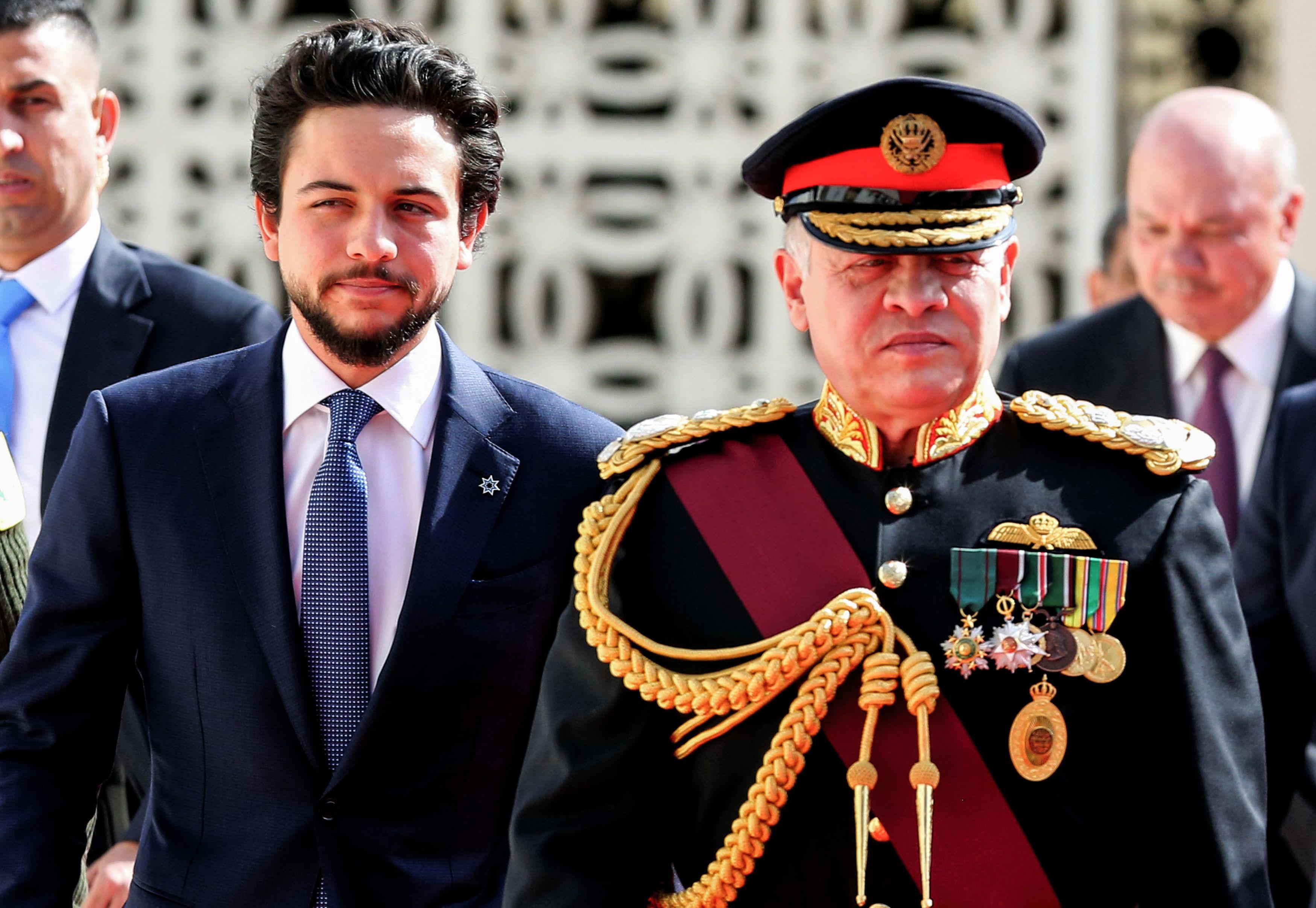 Король Иордании Абдалла II в сопровождении наследного принца Хусейна ибн Абдаллы II в Аммане. 23-летний сын короля Абдуллы и королевы Рании также является звездой в Instagram с более чем 1,4 миллионами подписчиков. Принц любит футбол и скалолазание. После смерти отца Хусейн ибн Абдалла станет королем своей страны, являясь первым в очереди престолонаследования.