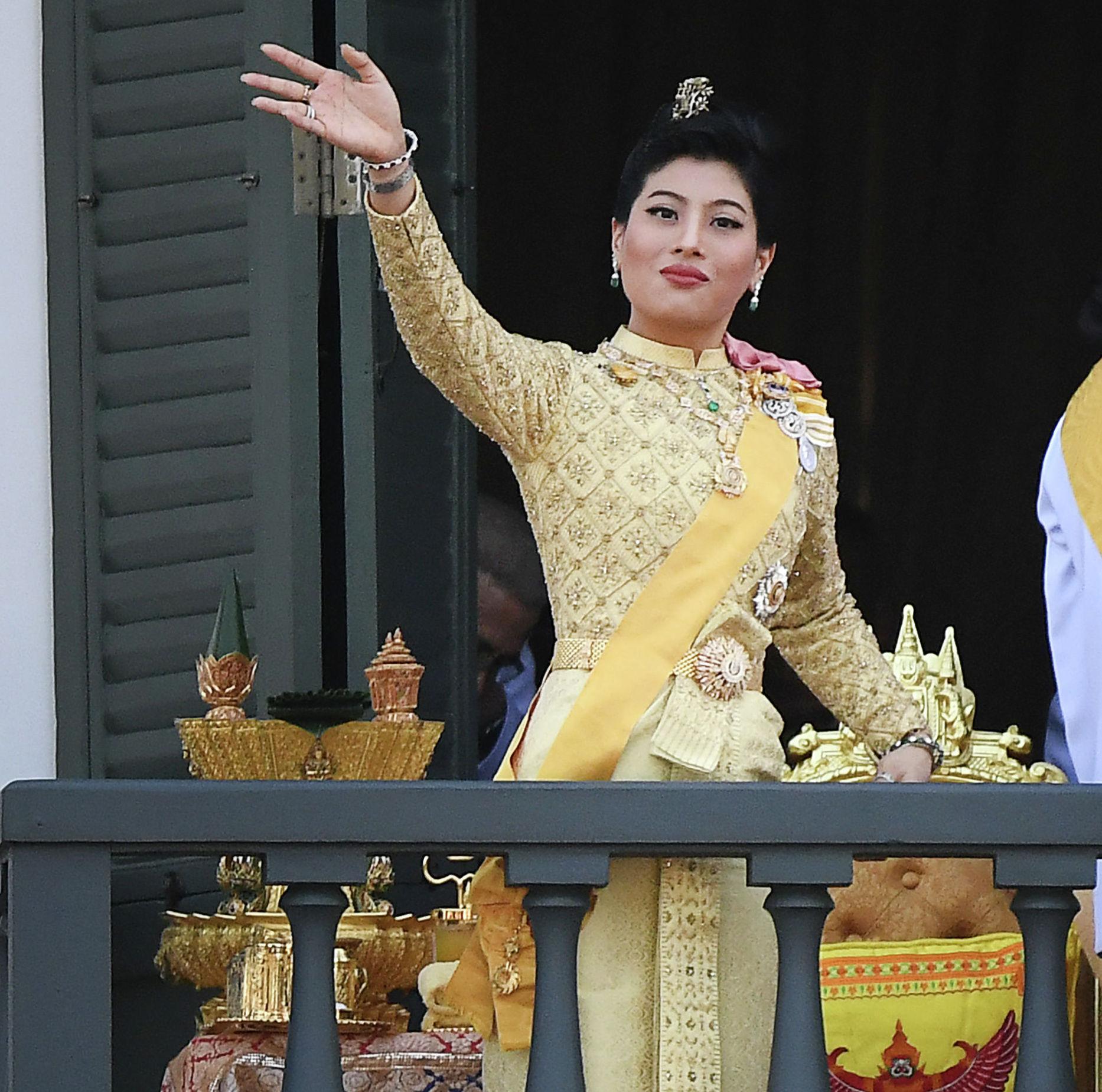 Принцесса Таиланда Сириваннавари Нариратана машет рукой с балкона Суддхайсаварьи Прасад Зал Большого дворца после того, как ее отец, король Таиланда Маха Ваджиралонгкорн, устроил публичную аудиенцию в последний день своей королевской коронации в Бангкоке 6 мая 2019 года.