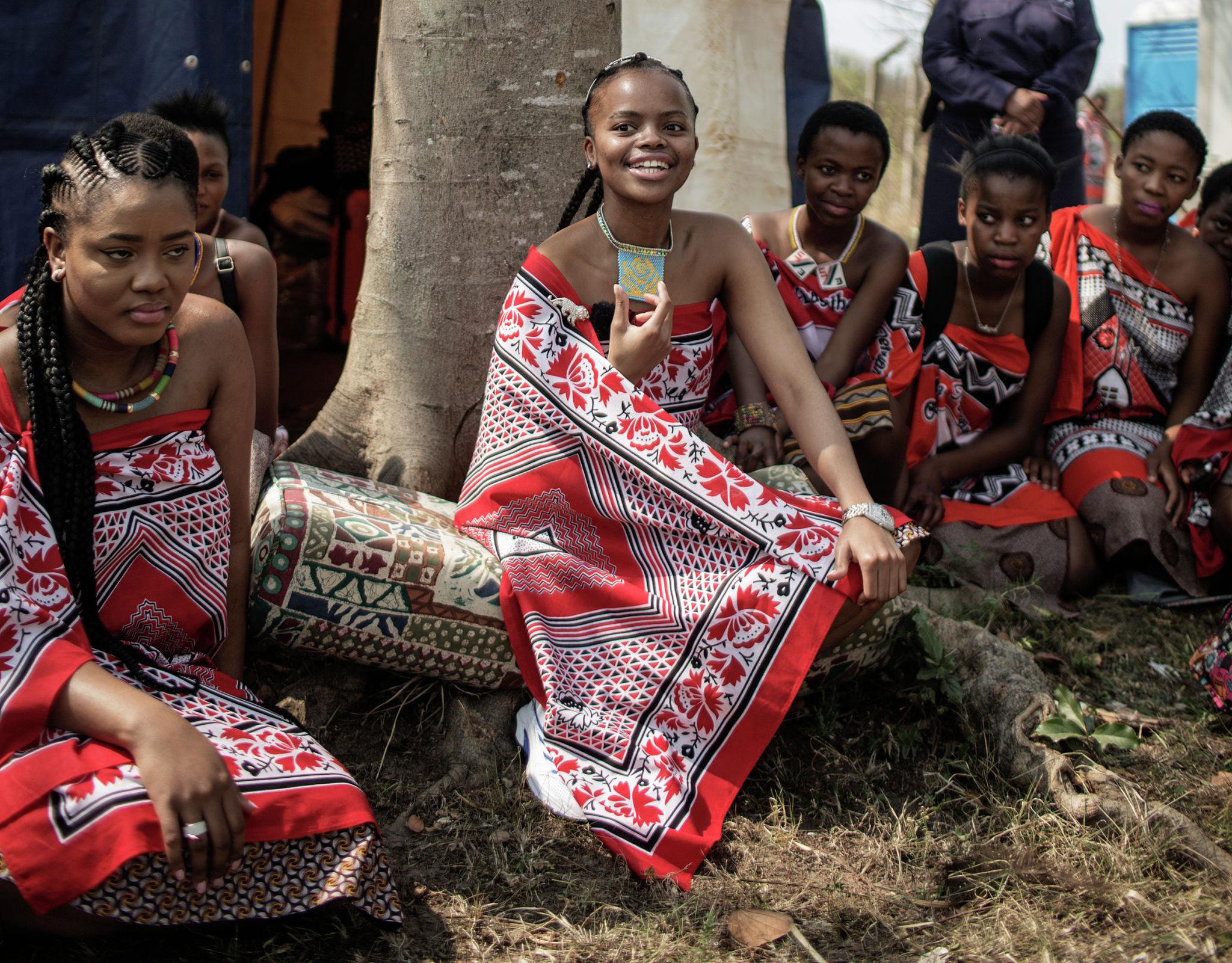 Ее Королевское Высочество принцесса Сикханиисо Дламини из Свазиленда, старшая дочь короля Свазиленда, сидит под деревом во время интервью в Луве. Свазиленд, 28 августа 2015 года.