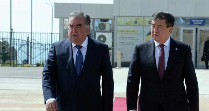 Президент Кыргызской Республики Сооронбай Жээнбеков и президент Республики Таджикистан Эмомали Рахмон в международном аэропорту Иссык-Кульпосле завершения рабочего визита главы РТ. 28 июля 2019 года