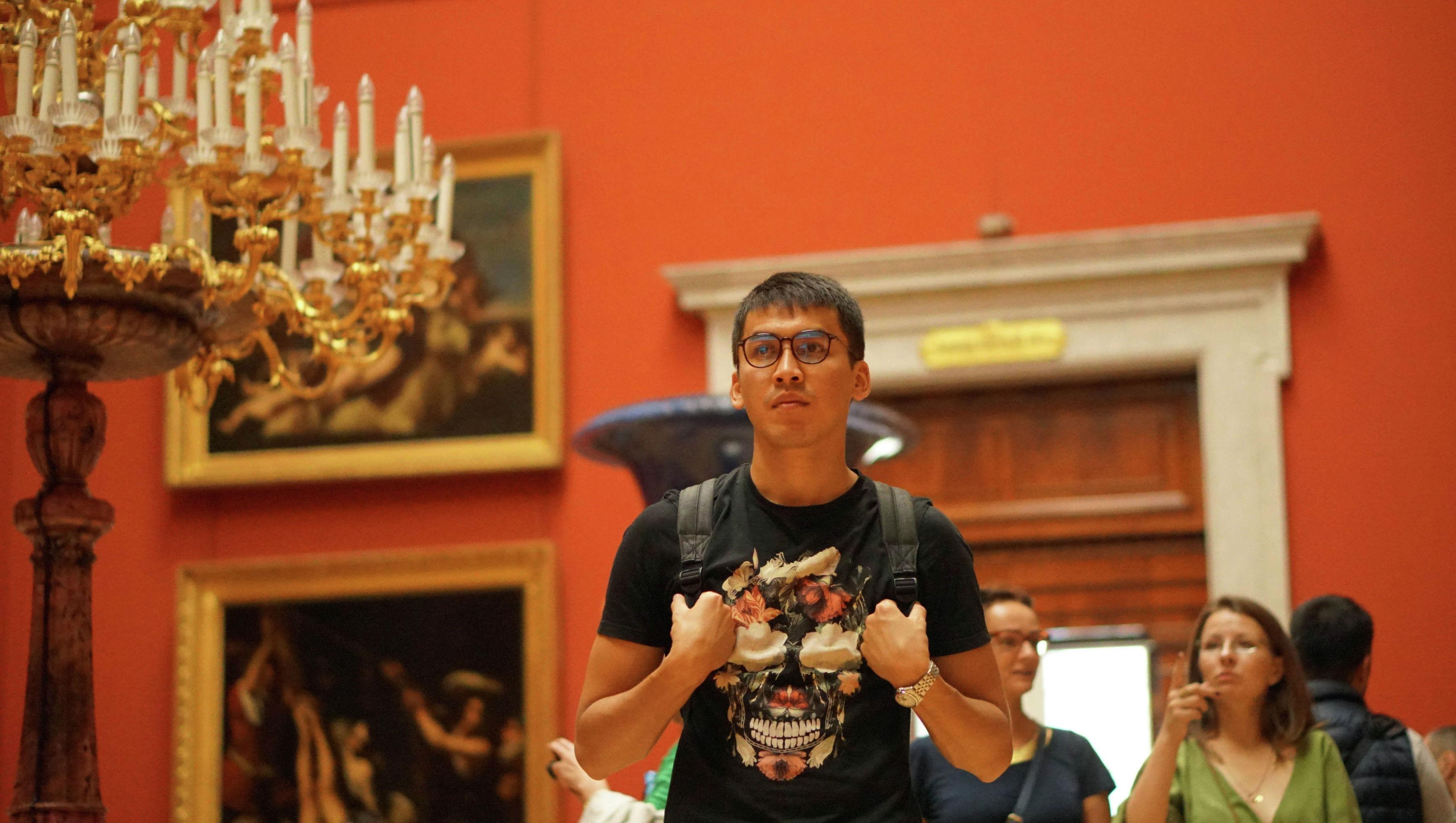 Кыргызстанец Бауржан Токтабеков в музее в Санкт-Петербурге