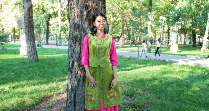 Сотрудница информационного агентства и радио Sputnik Кыргызстан Салтанат Бердигулова в кыргызском национальном костюме на международном фестивале традиционной культуры и ремесел Оймо в Бишкеке