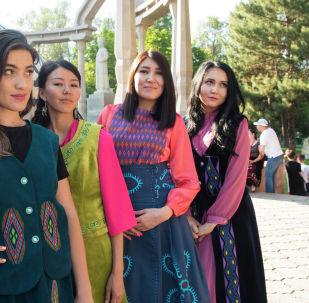 Корреспонденты информационного агентства и радио Sputnik Кыргызстан в кыргызских национальных костюмах на международном фестивале традиционной культуры и ремесел Оймо в Бишкеке
