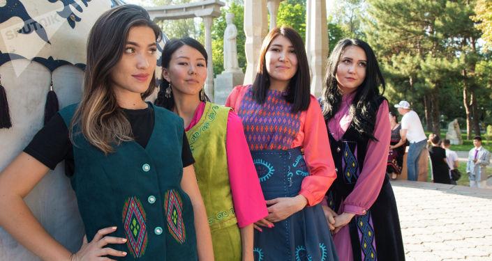 Девушки в кыргызских национальных костюмах на международном фестивале традиционной культуры и ремесел Оймо в Бишкеке