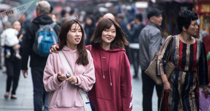 Прохожие на пешеходной улице Хэфан в городе Ханчжоу в КНР. Архивное фото