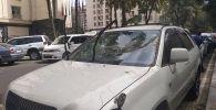 В центре Бишкека на проспекте Эркиндик на автомобиль Toyota Harrier упал большой сук