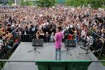 Шведская активистка по охране окружающей среды Грета Тунберг принимает участие в акции протеста Пятницы ради будущего, требуя принятия срочных мер по борьбе с изменением климата, в Берлине, Германия, 19 июля 2019 г.