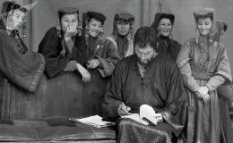Кыргызские девушки и американский актер Чарлтон Хестон — фото 1992 года. Архивное фото