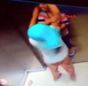 В Турции проезд детей в лифте едва не обернулся для одного из них трагедией.