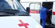 Фельдшер станции скорой медицинской помощи города Тамбова садится в реанимобиль.