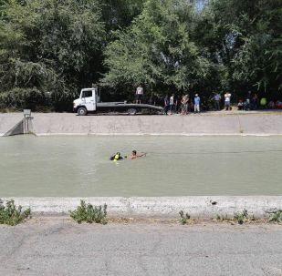 Бишкекте Осмонкул көчөсүнөн өткөн Чоң-Чүй каналына автоунаа түшүп кетти.