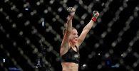Боец из Кыргызстана Антонина Шевченко празднует победу в смешанном боевом единоборстве среди женщин против Люси Пудиловой из Чехии на UFC Fight Night.