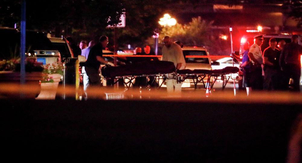 Тела вывозятся с места массовых расстрелов в Дейтоне, штат Огайо. 4 августа 2019 года