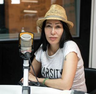 Писательница и драматург Назира Жуман во время беседы на радио Sputnik Кыргызстан