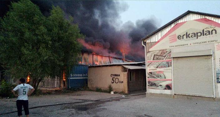 Пожар на складе бытовой техники в районе рынка Дордой