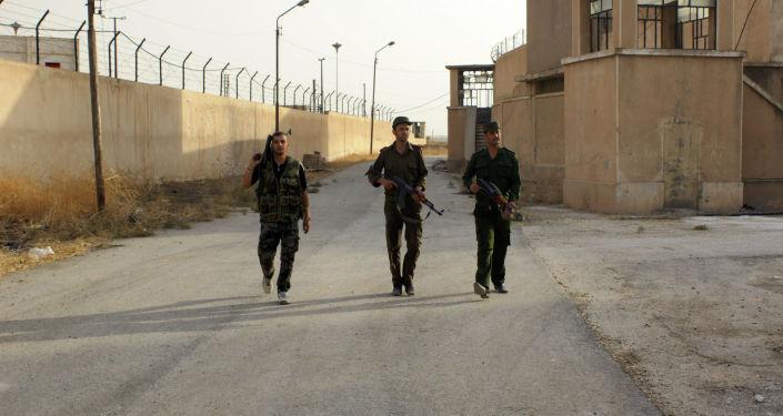 Сирийские военнослужащие патрулируют тюрьму. Архивное фото