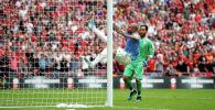 Защитник футбольного клуба Манчестер Сити Кайл Уокер отбивает мяч от ворот на матче с Ливерпуль.  4 августа 2019 года