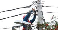 Электрик во время ремонтных работ. Архивное фото