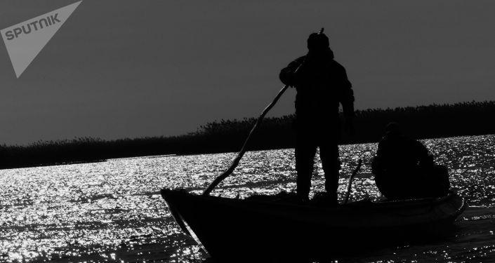 Мужчина на лодке. Архивное фото