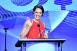 Актриса Фиби Уоллер-Бридж получает награду За выдающиеся достижения в комедии за шоу Fleabag(Дрянь) на сцене во время церемонии вручения наград TCA в отеле Beverly Hilton в Беверли-Хиллз, Калифорния. 3 августа 2019 года