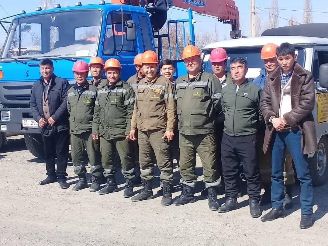 Электрик Кайрат Салимбаев с бригадой