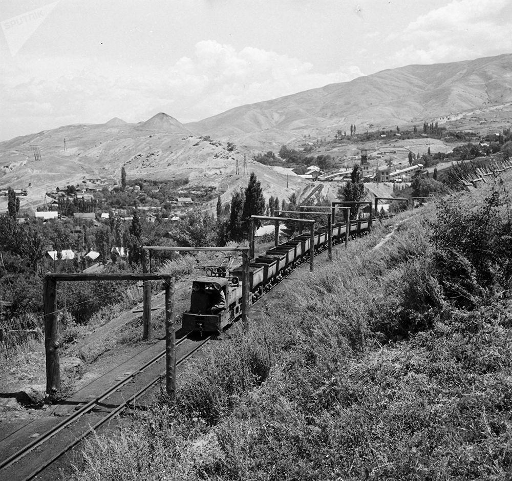Көк-Жаңгак шахтасынын жүк салуучу бункерлери менен байланыштырчу электровоз. 1963-жыл