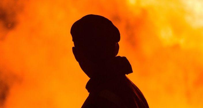 Силуэт мужчины на фоне огня
