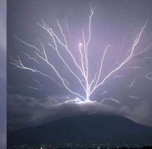 Фотографу удалось снять редкое природное явление — непрерывную восходящую молнию.