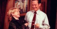 Одиннадцатилетний актер Маколей Калкин и комик Saturday Night Live Роб Шнайдер указывают друг на друга и смеются во время репетиции перед шоу в Нью-Йорке. 22 ноября 1991 года