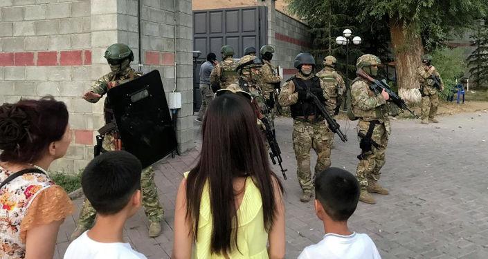 Отряд спецназ во время штурма дома Алмазбека Атамбаева в селе Кой-Таш. Архивное фото