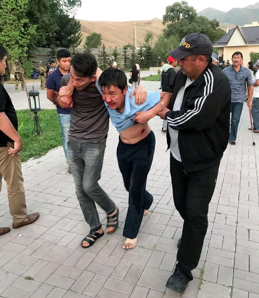 Сторонники бывшего лидера государства выводят раненого после захвата резиденции. В 21:20 в Чуйскую областную больницу по линии скорой помощи были доставлены двое мужчин с ранением в грудную клетку резиновыми пулями.