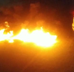 Ранее сообщалось, что около резиденции были подожжены шины.
