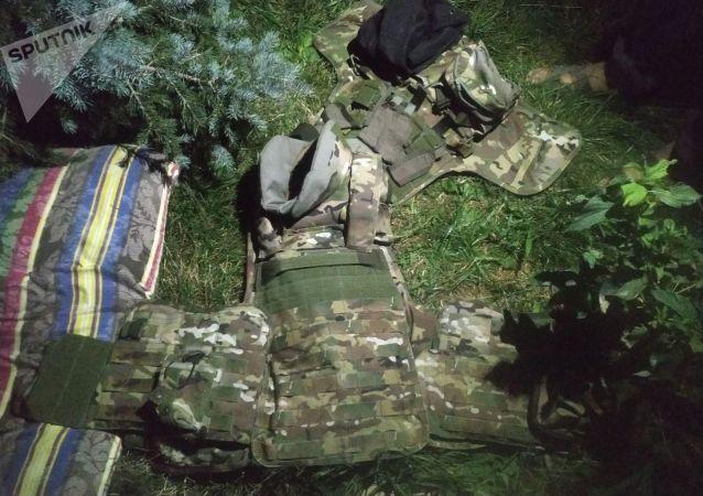 Камуфляж возле дома Алмазбека Атамбаева в селе Кой-Таш