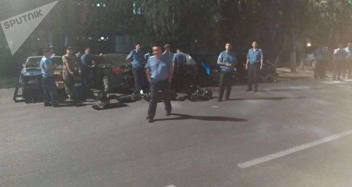 Кыргызстандын Ички иштер министрлигинин имаратынын алдында милиция кызматкерлери чогулууда