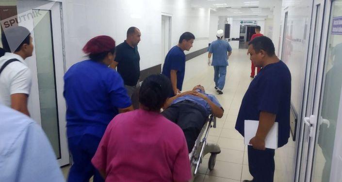 Сотрудники БНИЦТиО помогают раненым после штурма дома Алмазбека Атамбаева в селе Кой-Таш