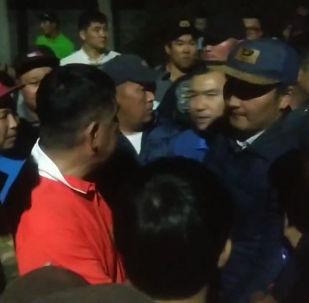 7 августа вечером ГКНБ попытался провести операцию по задержанию Алмазбека Атамбаева. Однако сторонники бывшего президента отразили штурм. Sputnik Кыргызстан рассказывает о событиях в одном видео.