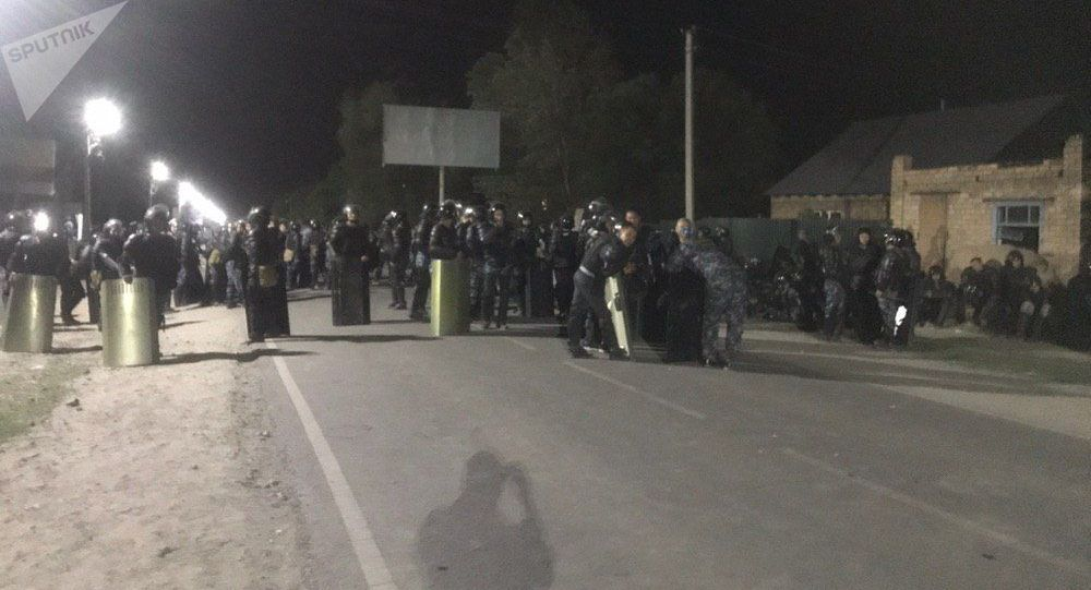 Сотрудники правоохранительных органов у въезда в село Кой-Таш