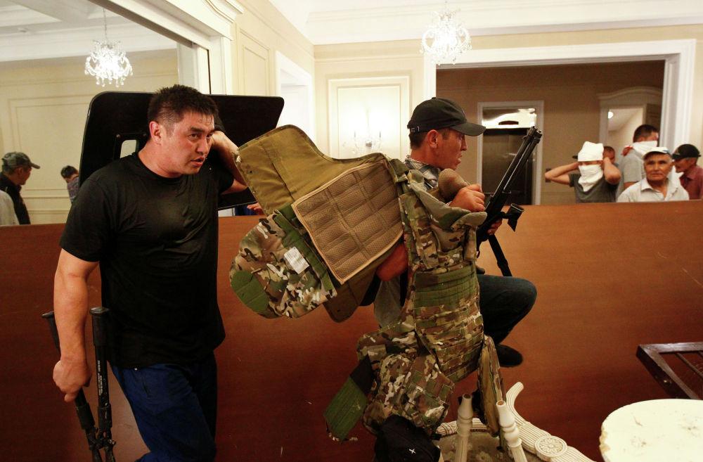 Нижний этаж дома Атамбаева превратился на время в поле боя...
