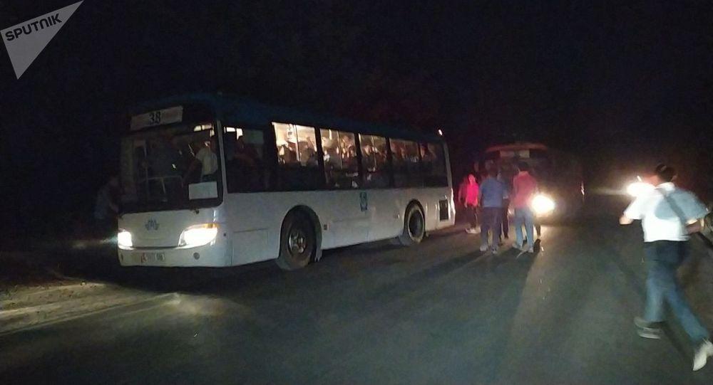 Кой-Таш айылына келген милиция кызматкерлери тобу менен кетип жатышат