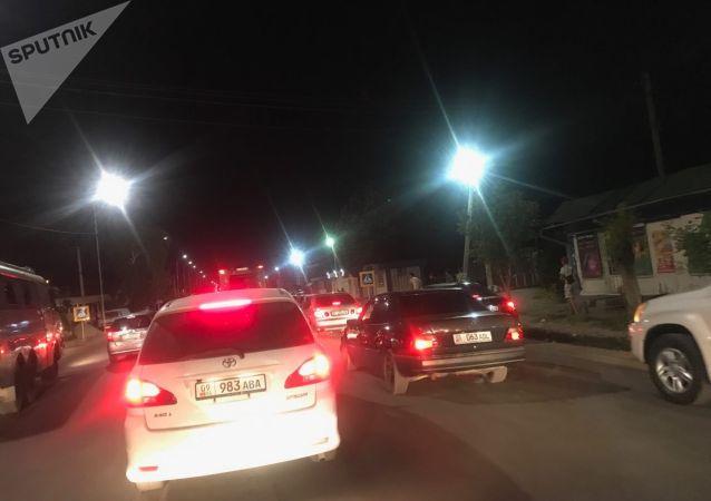 Начиная от конца Беш-Кунгея до магистрали образовалась пробка в три-четыре километра