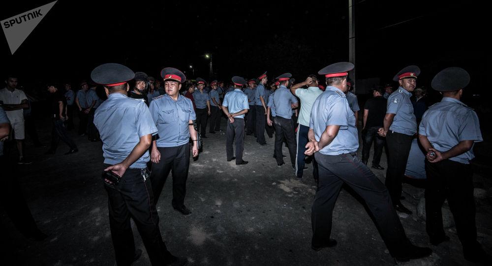 Сотрудники милиции в селе Кой-Таш. Архивное фото
