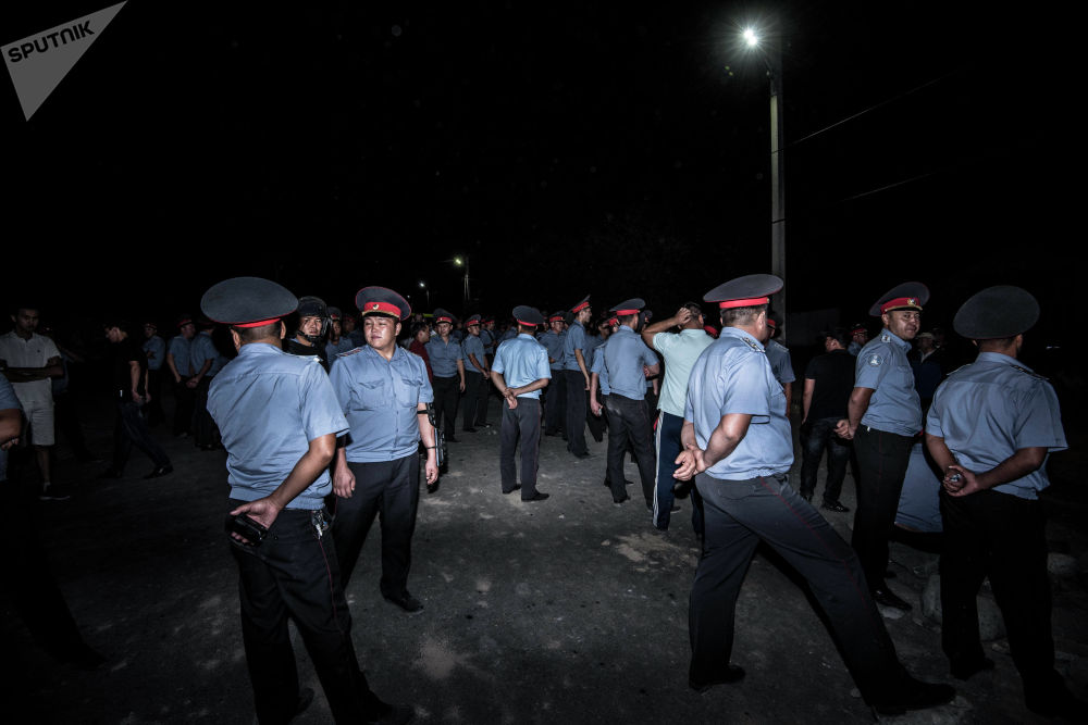 Сотрудники милиции в селе Кой-Таш дежурили до четырех утра