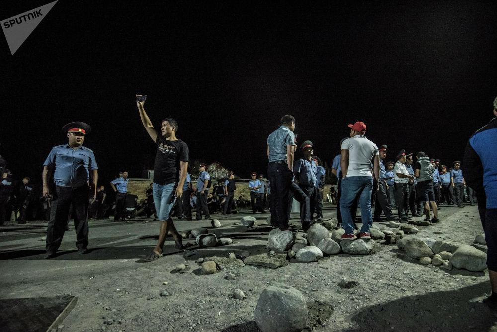 Сотрудники милиции и местные жители ждут окончания переговоров между руководством МВД и представителями Атамбаева после попытки силового захвата экс-президента Кыргызстана