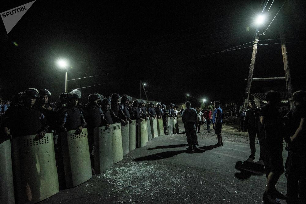 Кордон милиции не смог подступить к дому Атамбаева из-за баррикад и живого щита из его сторонников