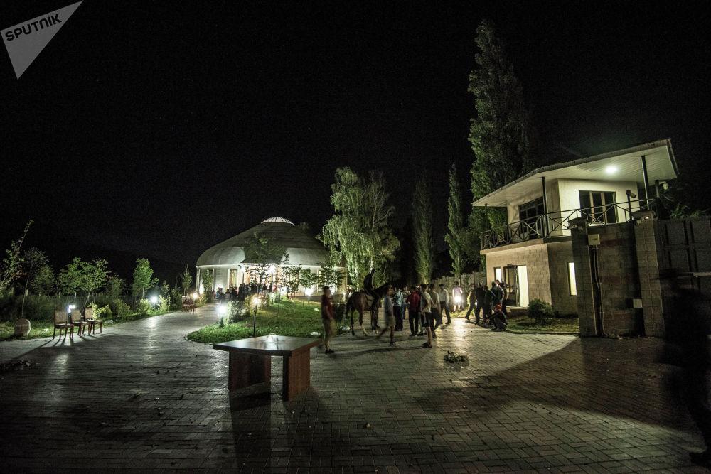 Территория дома Алмазбека Атамбаева после боевых действий