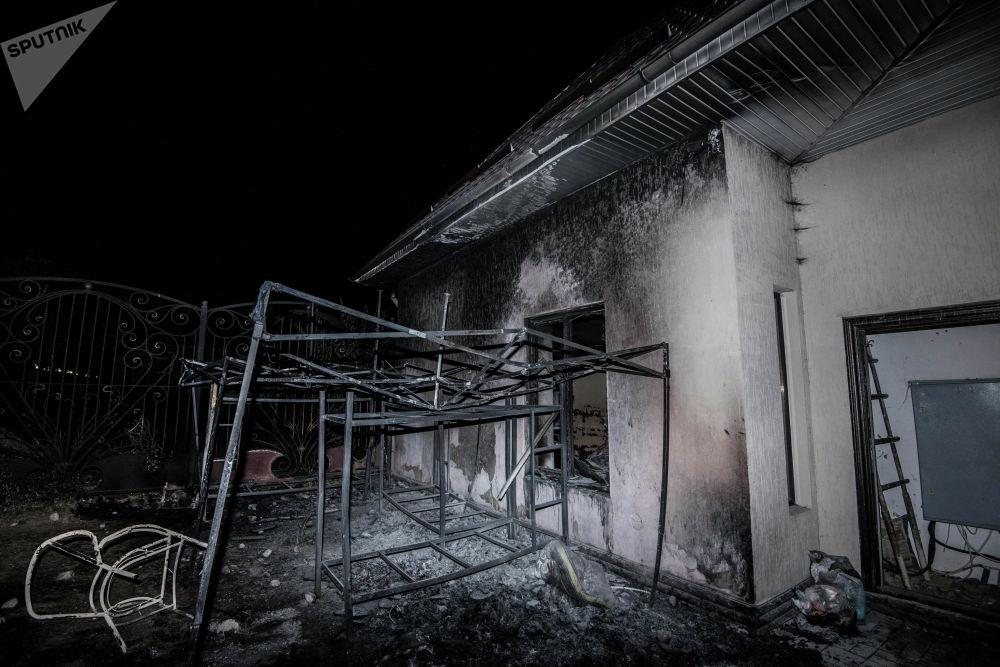 Сгоревшая времянка во дворе дома Атамбаева
